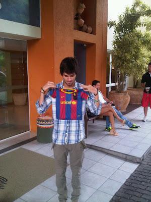 Хайме Альгерсуари с футболкой футбольного клуба Барселона