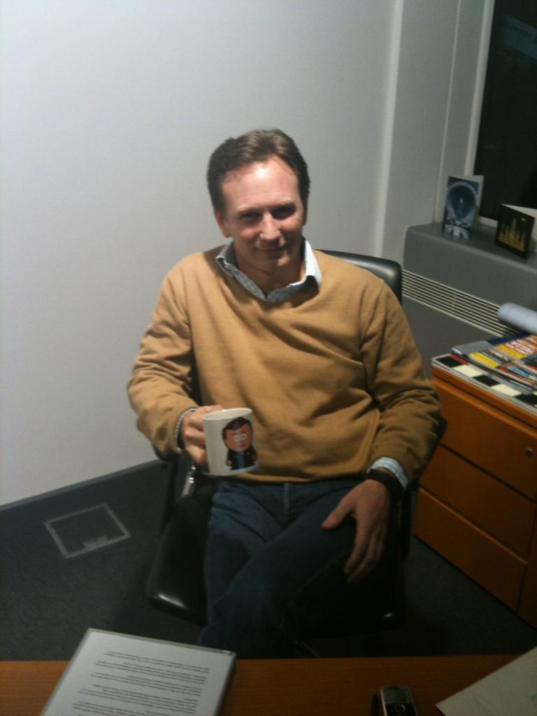 Кристиан Хорнер с кружкой Unlap