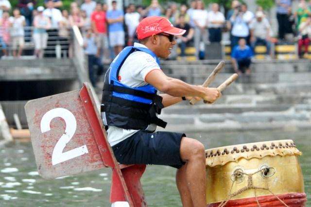 Льюис Хэмилтон за барабаном драгонбота Сингапур 2010