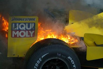 горящий Jordan Джанкарло Физикеллы на Гран-при Бразилии 2003