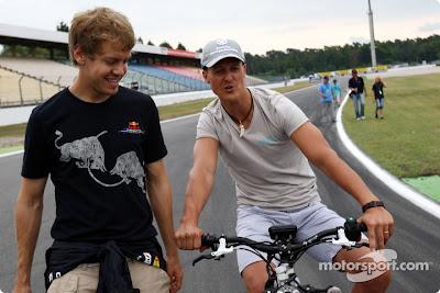 Себастьян Феттель и Михаэль Шумахер на велосипеде осматривают трассу Хоккенхайме перед Гран-при Германии 2010