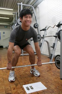 Камуи Кобаяши тренируется к предстоящему сезону занятиями со штангой