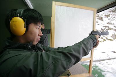 Камуи Кобаяши стреляет из пистолета