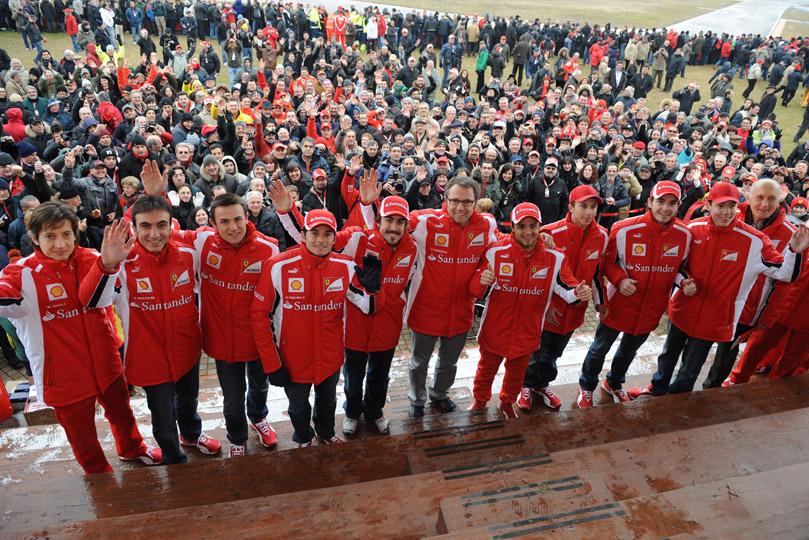 команда Ferrari и болельщики во Фьорано на презентации нового болида F150