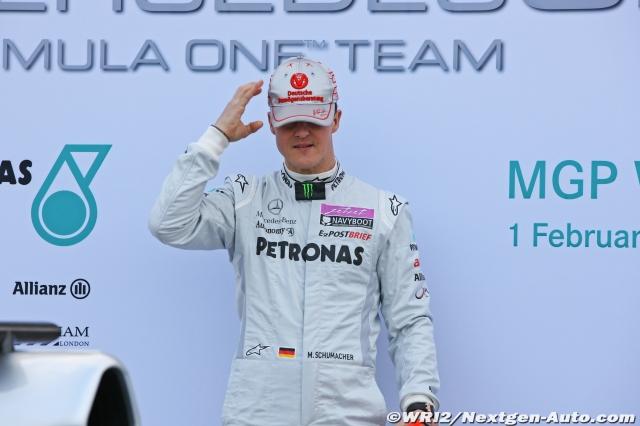 Михаэль Шумахер одевает кепку на презентации нового болида