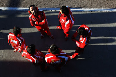 механики Ferrari на тестах на трассе Рикардо Тормо