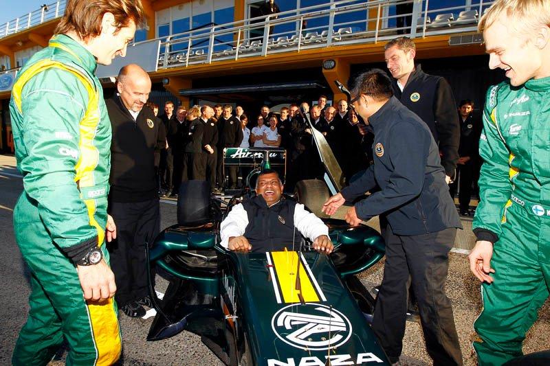 Тони Фернандес садится в кокпит Lotus