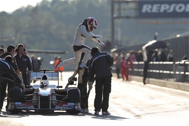 Камуи Кобаяши выпрыгивает из своего Sauber на предсезонных тестах 2011 в Валенсии