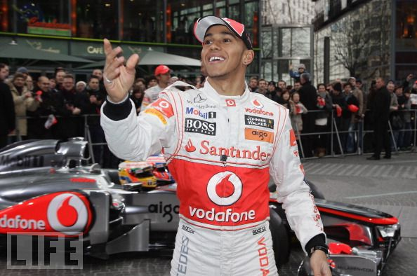 Льюис Хэмилтон бросает кепки на презентации McLaren MP4-26