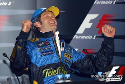 Ярно Трулли радуется своему успеху на пресс-конференции после победы на Гран-при Монако 2004