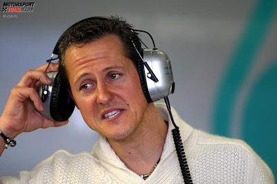 Михаэль Шумахер в наушниках на предсезонных тестах 2011 в Хересе