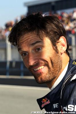 Марк Уэббер улыбается на предсезонных тестах 2011 в Хересе