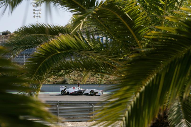 Серхио Перес среди пальм в болиде Sauber на предсезонных тестах 2011 в Хересе