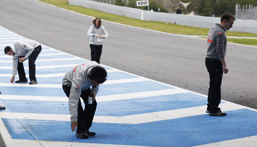 механики McLaren Херес Предсезонные тесты 2011 в Хересе