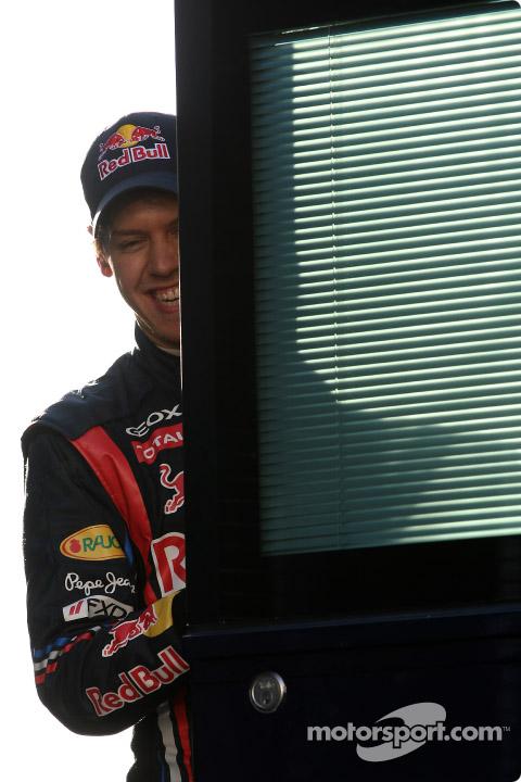 Себастьян Феттель улыбается за дверью на тестах в Хересе 2011