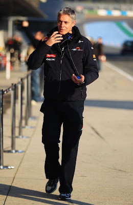 Тим-менеджер Red Bull Тони Берроуз на тестах в Хересе 2011
