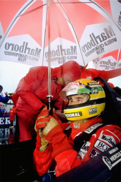 Айртон Сенна с зонтиком на стартовой решетке в болиде McLaren на Гран-при Австралии 1989