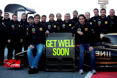 Get Well Soon Виталий Петров и Бруно Сенна с механиками Lotus Renault на предсезонных тестах 2011 в Барселоне