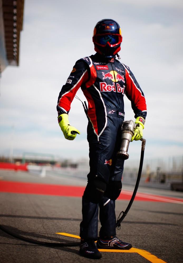 супер-механик Red Bull с гайковертом
