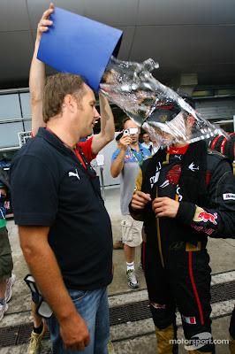 Герхард Бергер и Витантонио Льюцци разговаривают после очкового финиша на Гран-при Китая 2007