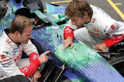 Рубенс Баррикелло и Дженсон Баттон изучают раскраску Honda RA107 на Гран-при Франции 2007
