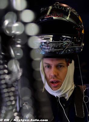 Себастьян Феттель со шлемом на голове на тестах 2011 в Барселоне