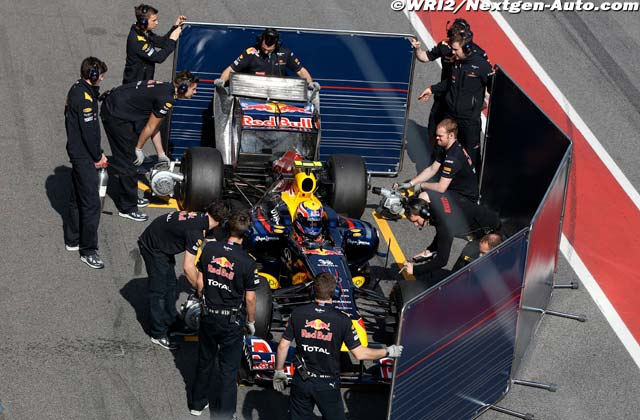 механики Red Bull скрывают болид Марка Уэббера со всех сторон на предсезонных тестах 2011 в Барселоне