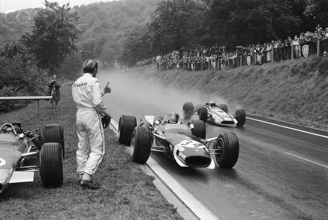 Йо Зифферт останавливается около Грэма Хилл на Гран-при Франции 1968