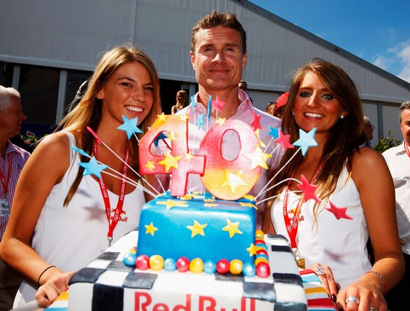 Дэвид Култхард с большим тортом на Гран-при Австралии 2011