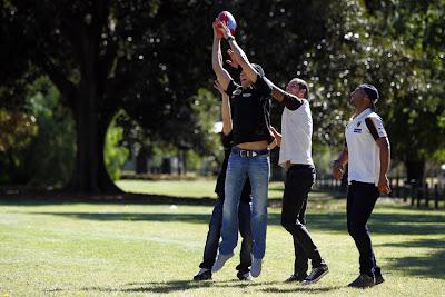 Виталий Петров ловит мяч