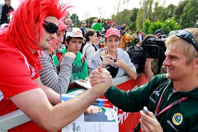 красноволосый болельщик пожимает руку Хейкки Ковалайнену на Гран-при Австралии 2011