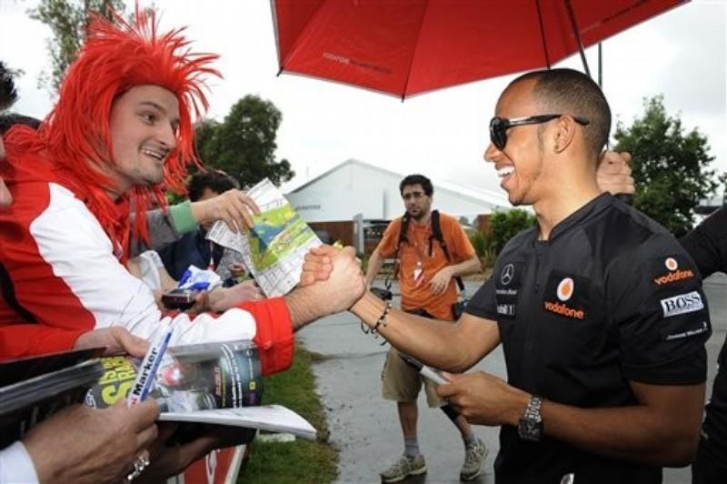 красноволосый болельщик пожимает руку Льюису Хэмилтону на Гран-при Австралии 2011