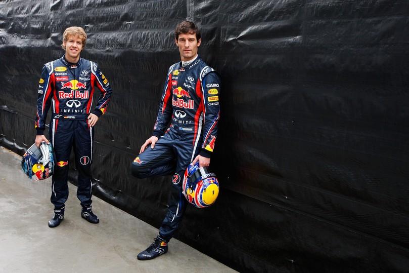 Себастьян Феттель и Марк Уэббер на фоне черной стены на Гран-при Австралии 2011