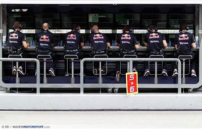 командный мостик Red Bull с элементом команды Ferrari на Гран-при Малайзии 2011