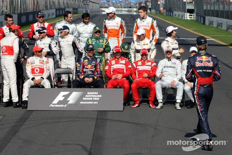 Себастьян Феттель спешит на групповую фотографию перед стартом сезона на Гран-при Австралии 2011