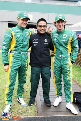Риад Асмат вместе с гонщиками Team Lotus Хейкки Ковалайненым и Ярно Трулли на Гран-при Австралии 2011
