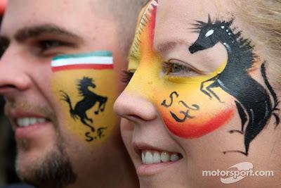 болельщики Ferrari с разукрашенными лицами на Гран-при Австралии 2011