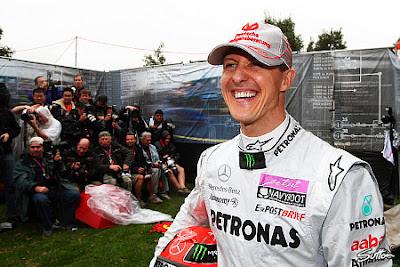 Михаэль Шумахер позирует фотографам на фотосессии Гран-при Австралии 2011