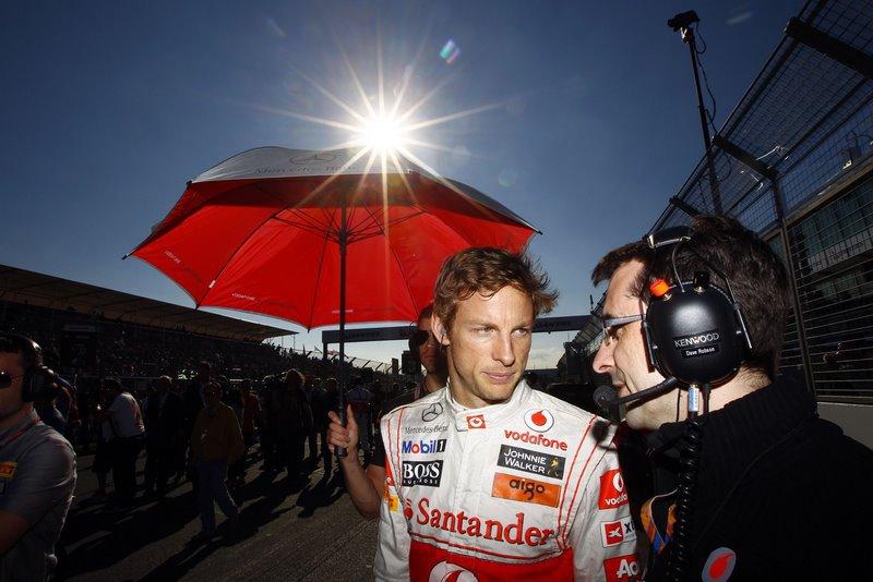Дженсон Баттон разговаривает с механиком на трассе Альберт-Парка на Гран-при Австралии 2011