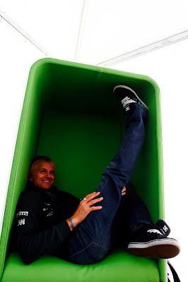 Хейкки Ковалайнен в новом зеленом кресле с задранной ногой