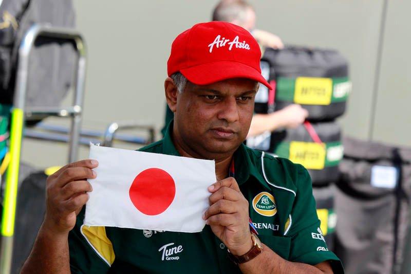 Тони Фернандес с японским флагом на Гран-при Австралии 2011
