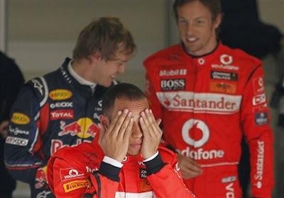 Льюис Хэмилтон фэйспалмит на переднем плане а позади Себастьян Феттель и Дженсон Баттон после квалификации на Гран-при Китая 2011