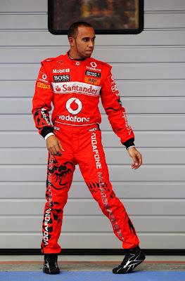 Льюис Хэмилтон готовит танец напротив боксов на Гран-при Китая 2011