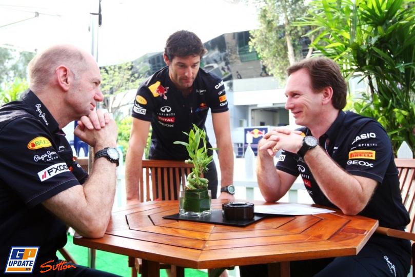 Марк Уэббер подходит к столику Эдриана Ньюи и Кристиана Хорнера на Гран-при Малайзии 2011