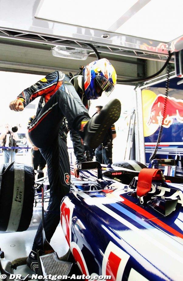 Марк Уэббер залезает в болид Red Bull во время свободных заездов на Гран-при Малайзии 2011