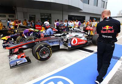 Эдриан Ньюи разглядывает болид McLaren после квалификации на Гран-при Малайзии 2011