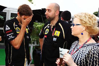 Виталий Петров фэйспалмит после неудачной гонки на Гран-при Малайзии 2011