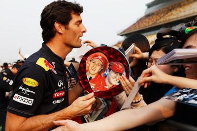 Марк Уэббер на раздаче автографов болельщикам Шанхая на Гран-при Китая 2011
