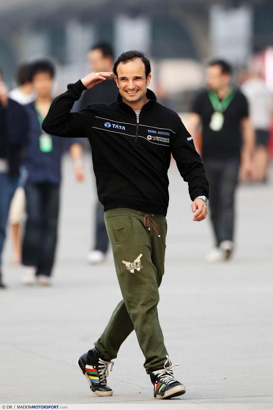 Витантонио Льюцци отдает честь в паддоке Шанхая на Гран-при Китая 2011