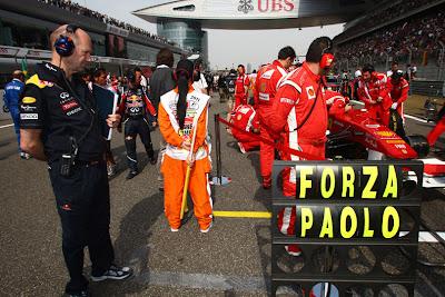 Эдриан Ньюи следит за Ferrari на стартовой решетке перед стартом гонки на Гран-при Китая 2011